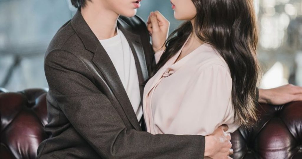 """""""True Beauty"""" Releases Steamy Stills For Hwang In Yeob And Moon Ga Young"""