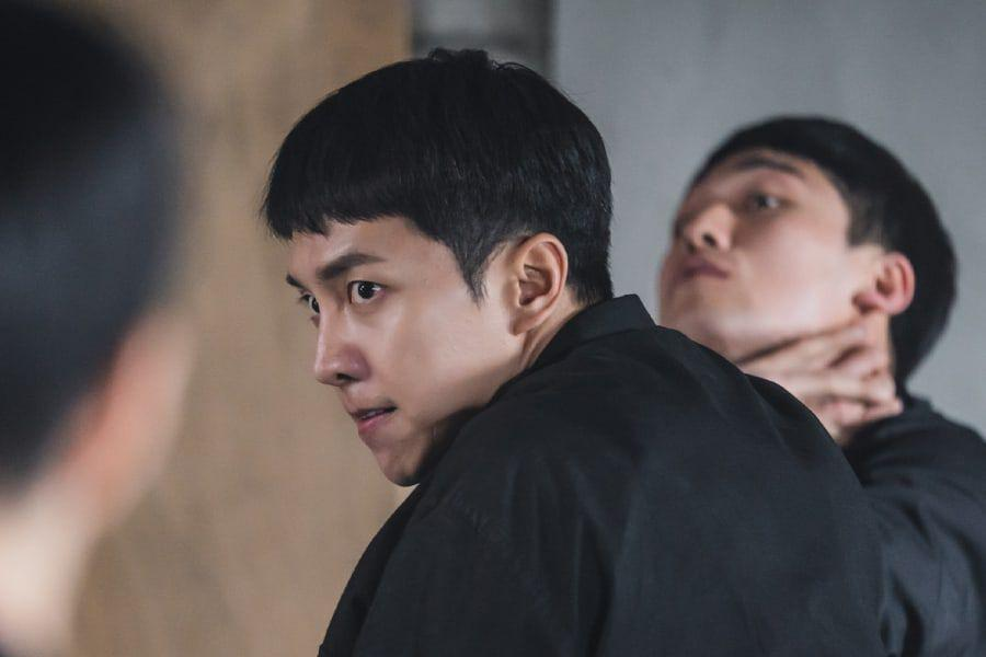 "Lee Seung Gi Angrily Grapples With Mysterious Assailants In ""Mouse"""